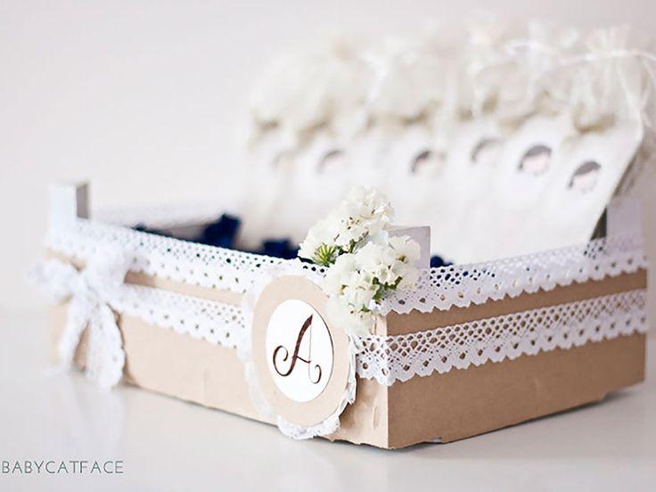 REUTILIZAR UN CAJÓN DE FRESAS Por ejemplo, para guardar los regalos de los invitados o unas tarjetas de recuerdo. Decora con cintas de encaje, cartulina, washi tape... Esta idea la hemos encontrado en Baby Cat Face.