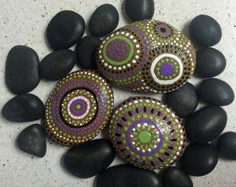 Rock arte, rocas del río pintado, Mandala inspirado, Natural Home Decor, arte, regalo de inauguración de la casa, campos de color colección Trio #14