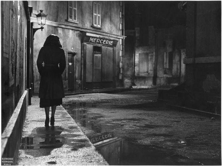 portrait d 39 un assassin de bernard roland 1949 une femme de dos marchant dans une rue la nuit. Black Bedroom Furniture Sets. Home Design Ideas