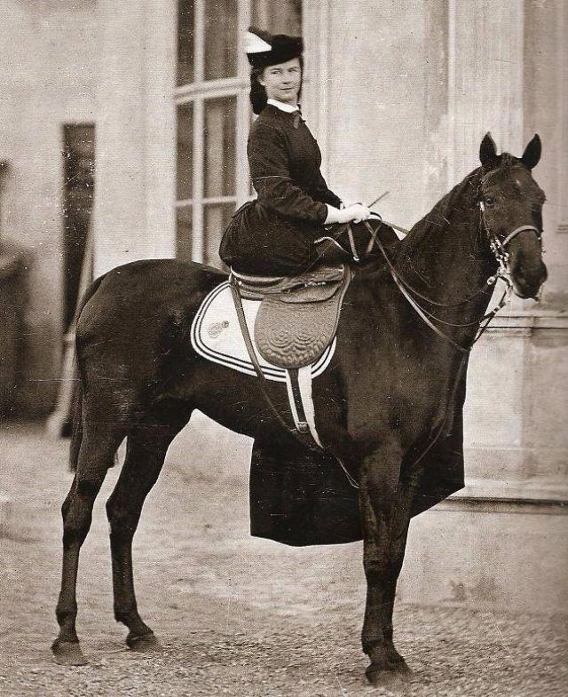 vintage everyday: 22 Amazing Vintage Photographs of Women Riding Side-Saddle from the Victorian Era