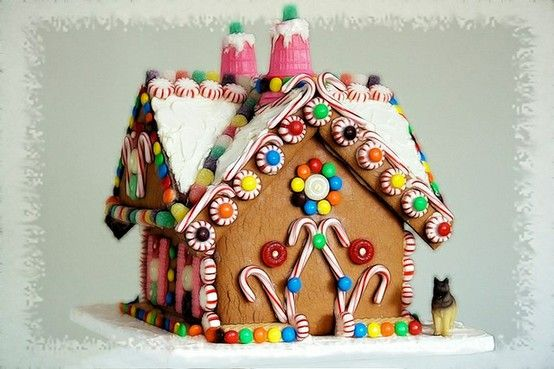 10+ Gingerbread Houses - Inspiration for a fun holiday tradition!! { lillluna.com }