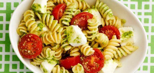 Těstovinový salát s domácím pestem, baby mozzarellou a cherry rajčaty!