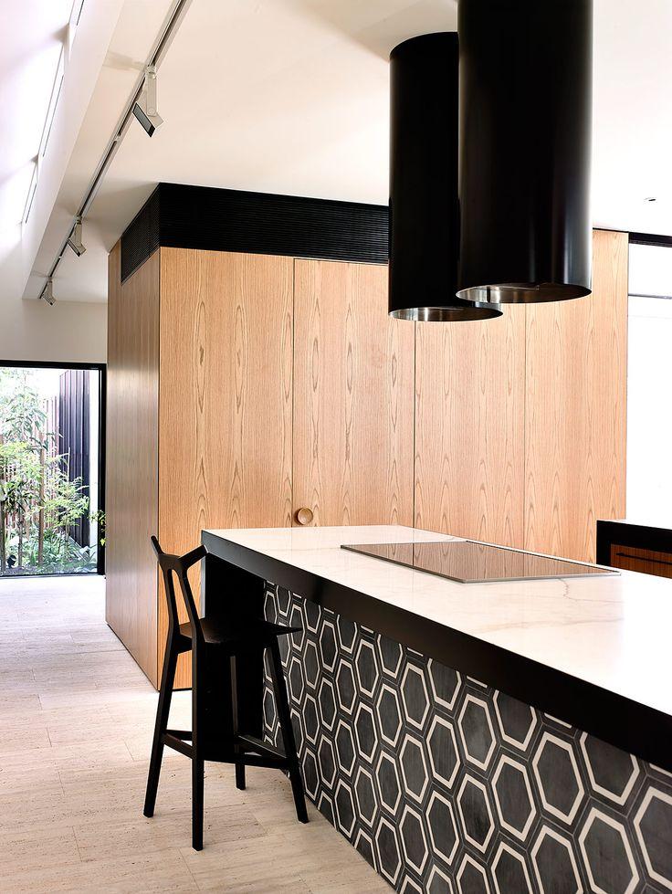 En la cocina se mantuvo oculta la alacena para tener una estética limpia