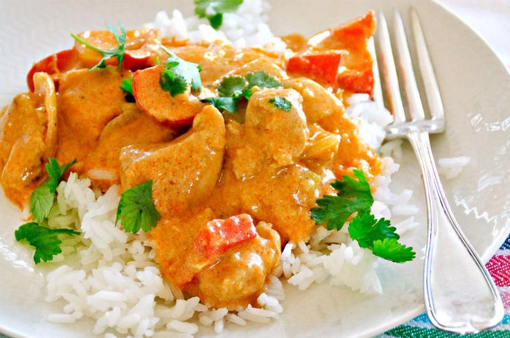 Det tar 20–30 minutter å koke ris, og i mellomtiden kan du lage en velsmakende curry, skriver Johnsen om denne enkle kyllingcurryen.     Oppskrift og foto av Ina-Janine Johnsen hentet fra «Mat på bordet – fra morgen til kveld» (Gyldendal forlag).