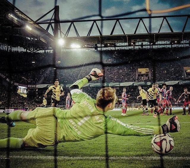 Clique e assista uma defesa espetacular do goleiro Manuel Neuer do Bayern de Munique em uma cobrança de falta de Marco Reus do Borussia Dortmund.