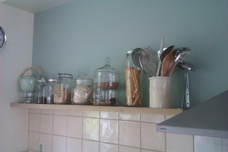steigerhout in de keuken, eenvoudig en mooi. Flexa Early Dew op de muur