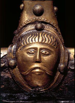 Vognens sider har små mandsansigter med bølget hår og overskæg. viking