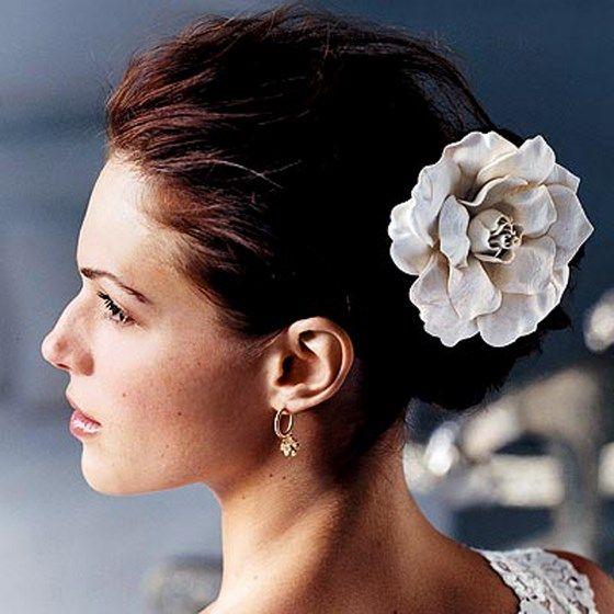 peinados con accesorios para damas de honor