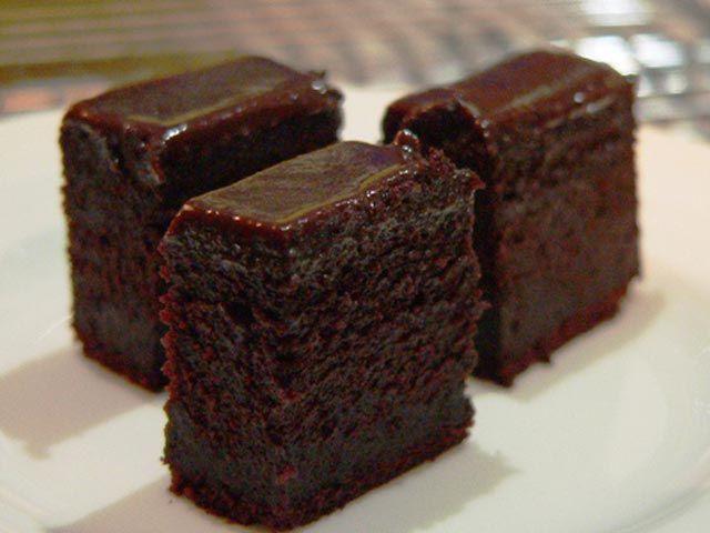 Ukusan posni kolač u kojem možete uvijek uživati. Brašno pomiješajte sa šećerom, kakaom, praškom za pecivom i sodom bikarbonom. ...