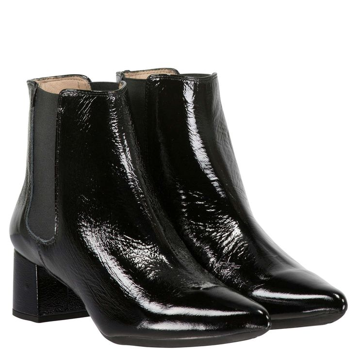 Die Stiefeletten JISTE von UNISA bestechen durch ihr modisches Design. Dank hochwertiger Lederverarbeitung und elastischen Einsätzen an den Schuhseiten garantiert das Modell einen maximalen Tragekomfort. Ein 5,5 cm hoher Blockabsatz und die spitz zulaufende Silhouette sorgen für eine stilvolle Note. Abgerundet wird der Look durch eine glänzende Oberfläche in Lackoptik. Ob zur Hose oder zum Kleid kombiniert - diese Schuhe sind ein absolutes Must-have!