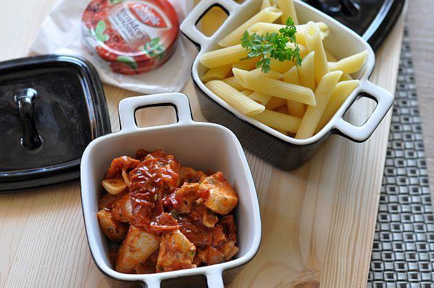 Kurczak z suszonymi pomidorami : Składniki: 300 g piersi z kurczaka 10 cząstek pomidorów suszonych 20 g oliwy z suszonych pomidorów cebula ząbek czosnku puszka krojonych pomidorów z zalew. Przepis na Kurczak z suszonymi pomidorami