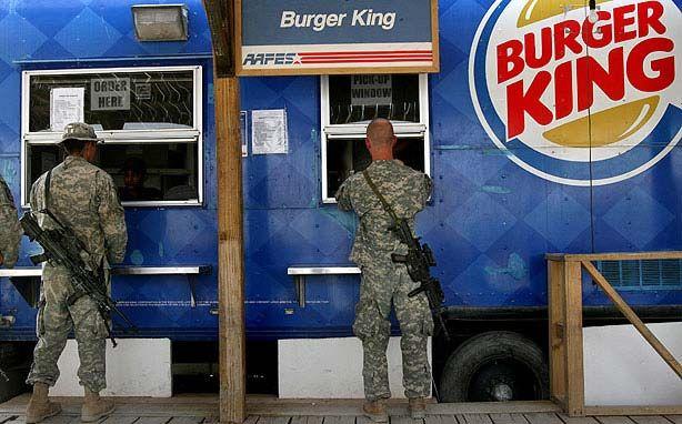 La tregua continua. Sono circa le 13.00. Forse i militari hanno deciso di mangiare prima di attaccare. Proprio mentre scrivo questa frase ricominciano gli spari in tutte le direzioni.