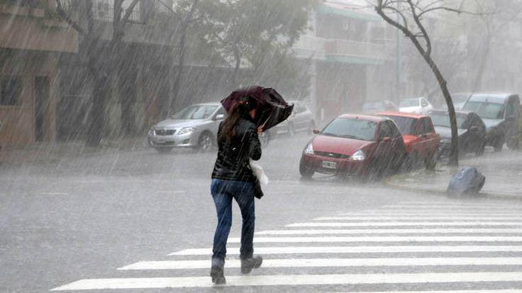 Fuerte temporal de lluvia y granizo se registró esta mañana, sobre la Capital y el norte de Buenos Aires. (Télam)