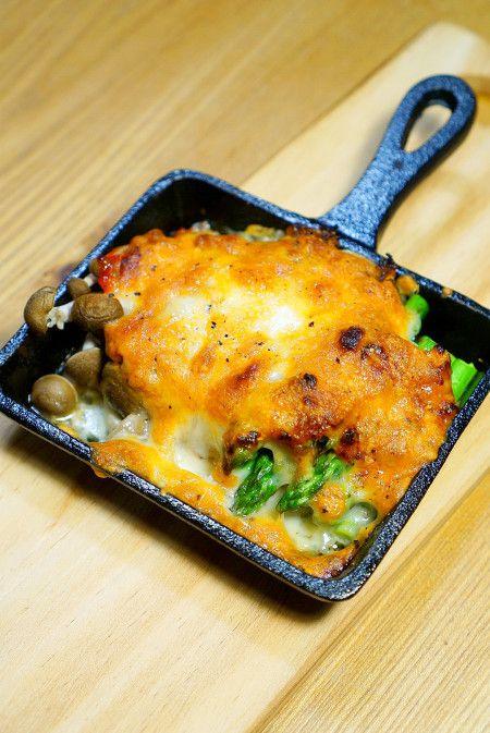 混ぜて焼くだけでこの旨さ!簡単サンマの水煮缶でアスパラきのこのトマトチーズ焼きのレシピ