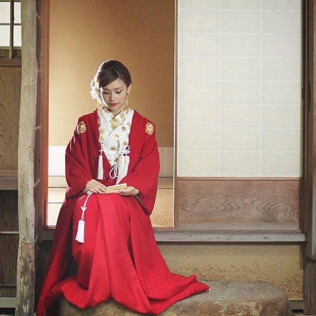 赤無垢の花嫁 慶の日に祝いの色を纏う。ちりめんの着物が醸し出す柔らかな印象と鮮やかな赤が、人生最良の日にふさわしい1着です。 ・・・ 赤無垢/00-4040 ・・・ ・・・ #きもの #和婚 #色打掛 #ウエディング#weddingdress #ウエディングドレス #wedding #bouquet #ブーケ #プリムベール #赤無垢 #白無垢 #前撮り #primevéredress