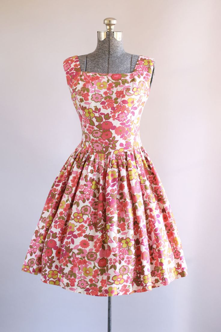 Deze jaren 1950 katoen/rayon mix jurk beschikt over een bloemenprint in tinten van roze, rood, groen en chartreuse bovenop een witte achtergrond. Vierkante hals. Halve druppel taille. Volledige geplooide rok. Metalen rits omhoog achterkant jurk. Zeer goede vintage staat. Houd er rekening mee: petticoat gedragen onder rok voor toegevoegd volheid.  Label n/b Stof katoen/Rayon mix Geschatte omvang S Label grootte n/b Pit-Pit 34-35 Taille 27 Heupen Open Schouder 2,25 Mouw- Le...