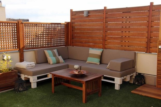 outdoor pallet furniture ideas backyard patio wooden fence white diy bench decorative pillows