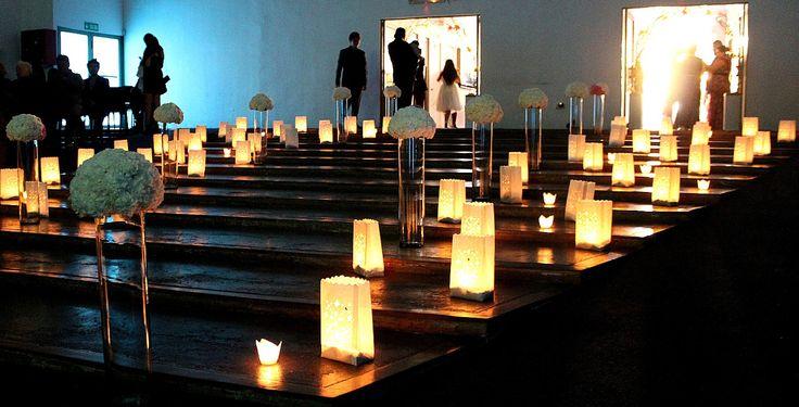 Velas encendidas al interior de la iglesia.