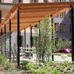 Akalla är ett nytt funktionellt pergolasystem med spaljésektioner och fyrkantiga stolpar. Rymligt men samtidigt enkelt i sin konstruktion kan det inrymma till exempel en möbelgrupp, planteringskärl och/eller cyklar. Akalla har en svart stålkonstruktion med trädetaljer i oljad ek.Kan fås förberedd med plywoodtak i de fall man önskar lägga ett plåttak eller ett sedumtak. Måtten är …