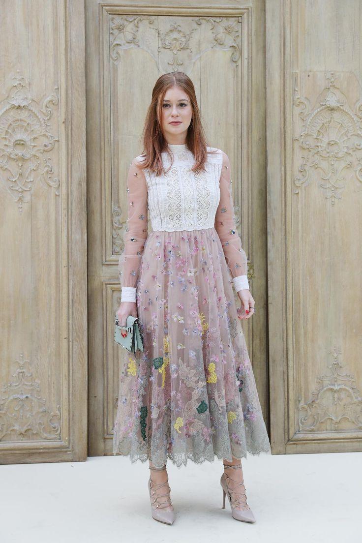 Marina Ruy Barbosa escolheu um vestido com tule e renda branca, com aplicações de flores da Valentino para o desfile da grife, na Semana de Moda de Paris, temporada Verão 2017.