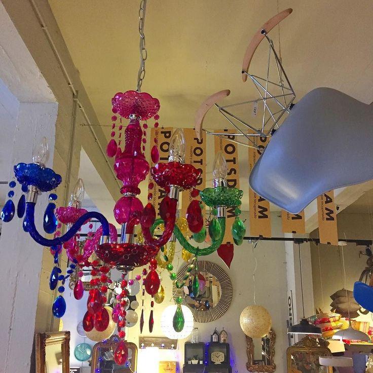 www.potsdam.es C/Santa Marta 6 Pamplona.  Reinventando la clásica lámpara de araña de cristal. En colores y de plástico