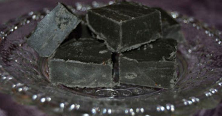 2 dl fløte. 2 ss lys sirup. 3,5 dl sukker. 50 g smør. 100 g hvit sjokolade. 1,5 ss lakrispulver. 5-10 dråper lakrisessens