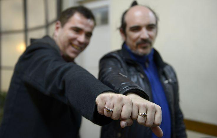 Sergio Miranda y Rodrigo Borda se convirtieron en la primera pareja homosexual en contraer matrimonio en #Uruguay. (Foto: AP) #LGBT