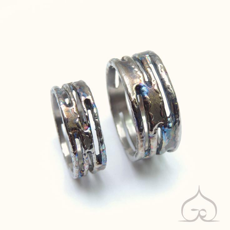 Brindle trouwringen, handgemaakt, in titanium. Trouw, trouwen, trouwfeest, ringen, goud, titanium, zilver, bruid, uniek, ambachtelijk, gepersonaliseerd, handgravure, gravure,met de hand gegraveerd, handgegraveerd, juweel, juwelen.
