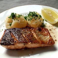 フライパンひとつで簡単フランス料理!鮭のムニエルです。バターの香りが食欲をそそる一品。フレンチシェフの父に教わりました。
