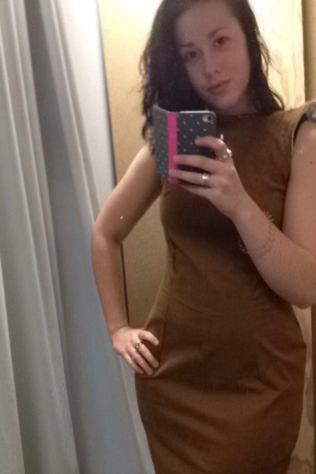 Zelfgemaakte jurk, klein inneem foutje bij de schouders.