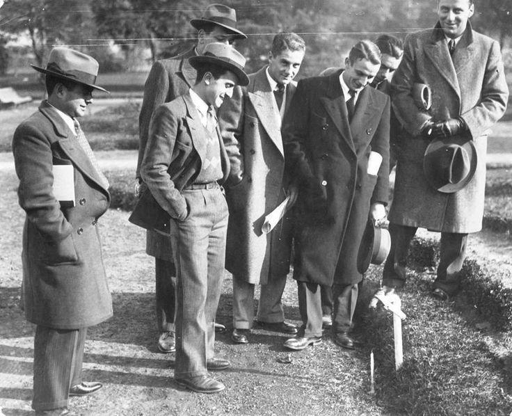 1933 Alumnos de la Facultad de Agronomía y Veterinaria en el jardín observan el agua congelada debajo de la canilla