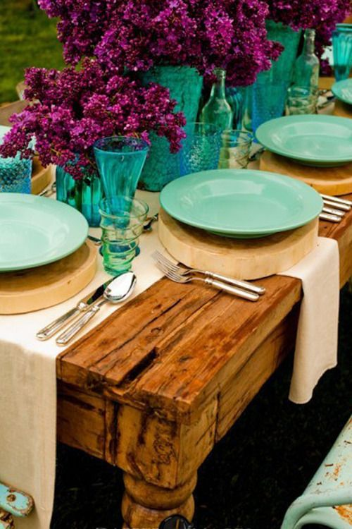The centerpieces for this wedding are married with the very rustic look of bare wood, turquoise places, and beige cloth details.