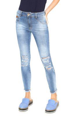 Calça Jeans Biotipo Skinny Desfiados Azul, com pespontos aparentes, cinco bolsos sendo dois falsos, passantes no cós, tag frontal e posterior da marca e fechamento por zíper e botão. Possui modelagem skinny, desgastes propositais, barra desfiada, lavagem estonada, efeito bigode e gancho baixo.Confeccionada em jeans 97% Algodão / 03% Elastano.Medidas: Cintura: 68cm/ Quadril: cm/ Gancho: 24cm/ Comprimento: 89cm. Tamanho: 36.Medidas da Modelo: Altura 1,72m/ Busto: 83cm&#...