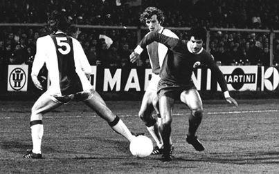 Amesterdão, 5 de Abril de 1972. Ajax-Benfica. Nené tenta levar a melhor sobre Arie Haan e Ruud Krol!!!