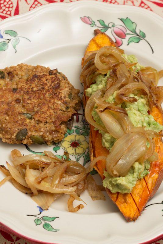 Patate douce rôtie au four à l'huile de coco, purée d'avocat et cacahuètes (vegan) -
