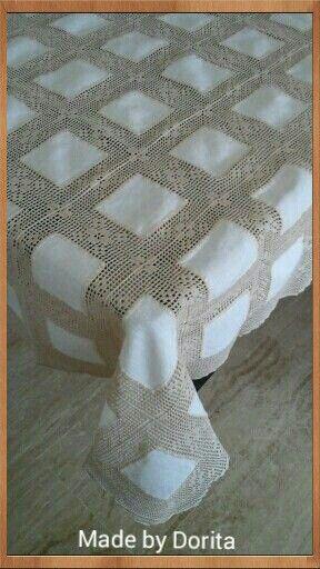 Toalha com quadrados de linho e crochet