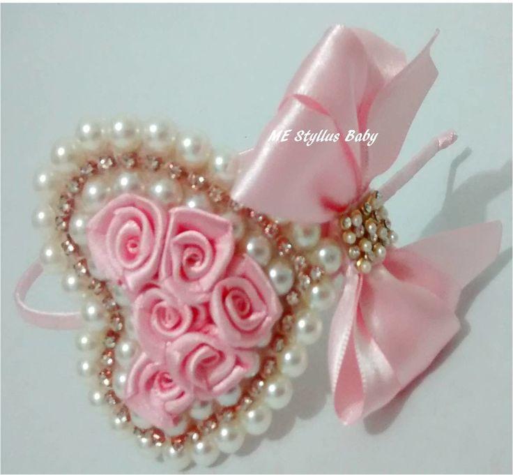 tiara fina, flexível forrada em cetim, coração de pérolas, strass e mini rosinhas com laço em cetim, um luxo para as princesas fashion