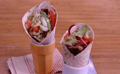 """Carolina ensina a fazer """"gyros"""", sanduíches tradicionais gregos, com recheios vegetariano e de cordeiro"""