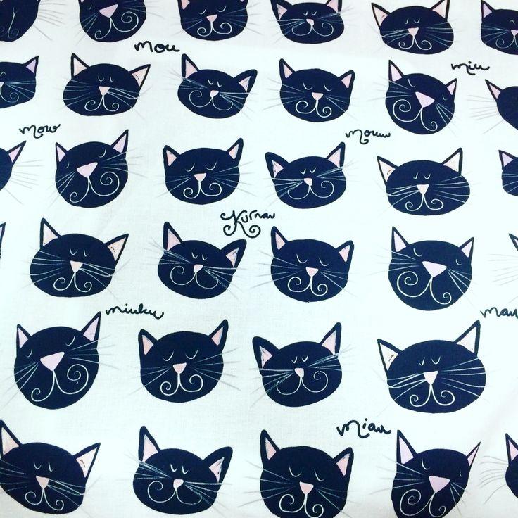 """Virkkukoukkusen """"Mustat kissat""""-kyökkipyyhe."""