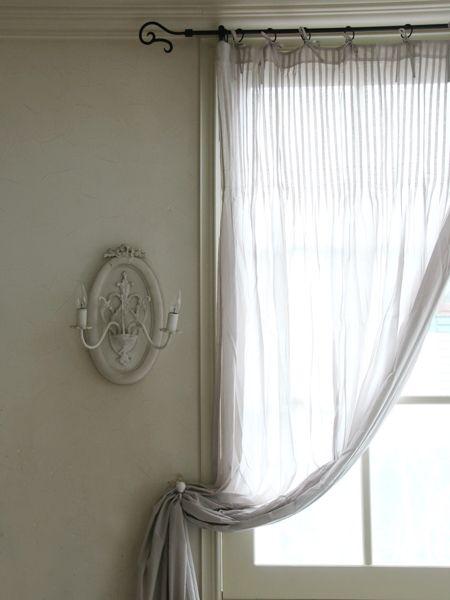 ヨーロッパサイズの素敵なコットンのカーテン。シンプルですが、上部に細かいタックが寄せられており、タックの下からふわっと広がるデザインになっています。薄手で透け感もありますので、他のカーテンと重ねてお使いいただいてもいいですね。カーテン上部に細いリボンがついていますので、カーテンポールに結び付けてお使いください。