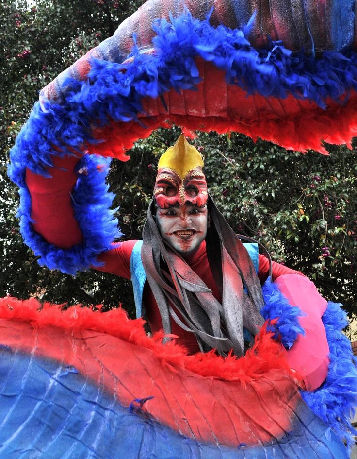 Uno de los miembros de la comparsa en homenaje al Carnaval de Barranquilla, durante el desfile inaugural del Festival Iberoamericano de Teatro. Foto: Abel Cárdenas / EL TIEMPO