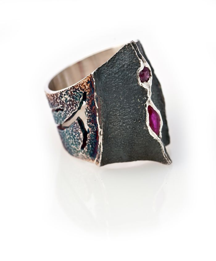 Elisenda de Haro. Joyería contemporánea. oxidized silver with rubies. gorgeous, so organic and unique