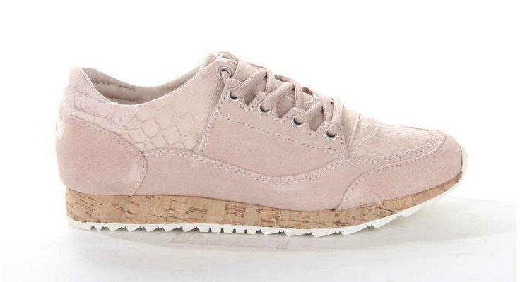 Zachtroze suède damessneaker van DNA op een zool dat is afgewerkt met kurk. #sneaker #DNAfootwear #kurk #pastel #roze