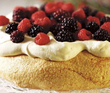 En riktigt söt och god marängtårta med smak av saffran, apelsingrädde och bär. Servera saffransmarängtårtan på kalaset eller högtidsdagen. Lika uppskattad av stora som av små!