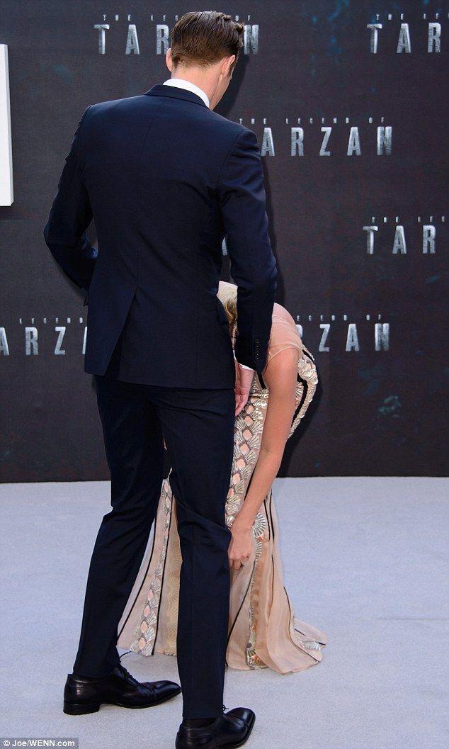alexander skarsgard tarzan premiere uk   Alexander Skarsgard helps Margot Robbie with wardrobe malfunction at ...