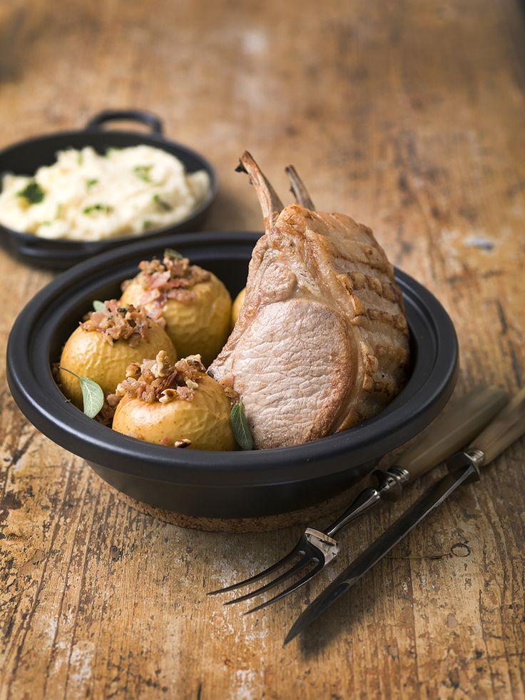 Een overheerlijke varkenskroontje met gepofte appel en puree van pastinaak, die maak je met dit recept. Smakelijk!