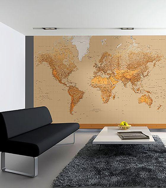 Que tal decorar o escritório ou a sala de estar com o painel fotográfico de mapa mundi? Sua estampa tem cores leves e alegres, contrastando com a seriedade de móveis e acessórios modernos, como os da foto.