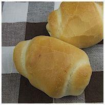 Panini all'olio. Con questa ricetta si preparano dei panini all'olio, ottimi per la merenda. La loro crosta esterna racchiude un soffice interno.