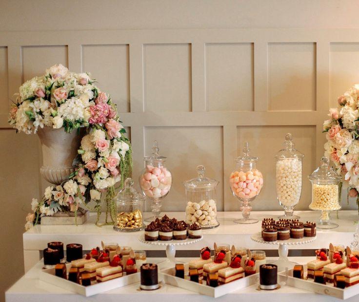 Сладкий стол для гостей.  #оформлениесвадьбы #оформление #красиваясвадьба #необычнаясвадьба #декор #дизайн #свадьбамосква #банкет  #букетневесты #флористика