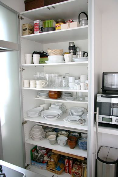 キッチンの収納 | Design House IKEAのワードローブを食器棚として使ってます。 高さ220cm、幅1m、奥行き65cm。 手の届く範囲には、全ての食器と、土鍋、IH卓上ヒーターなど、よく使うものが入ってい ...